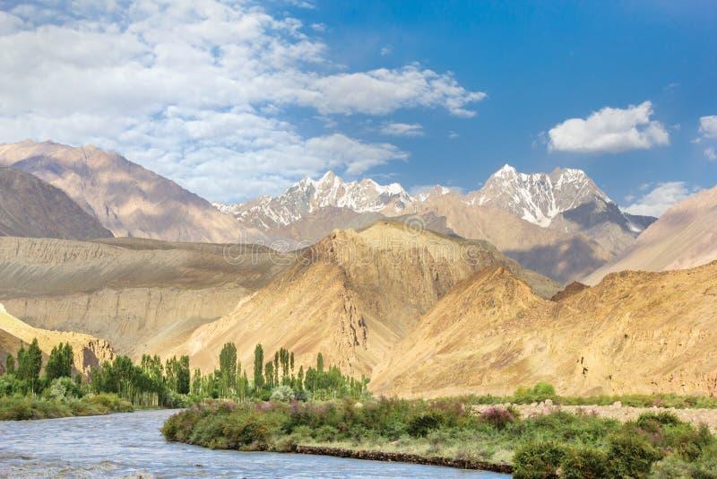 Mooie mening van Pamir met droge en sneeuwpieken, Bartang-Vallei, Tadzjikistan stock afbeeldingen
