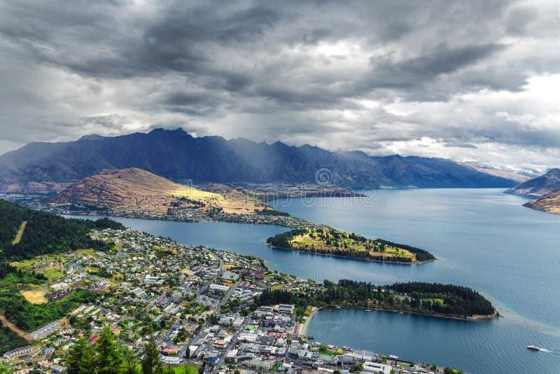 Mooie mening van Queenstown en meer Wakatipu van de heuvel op een bewolkt weer stock afbeelding