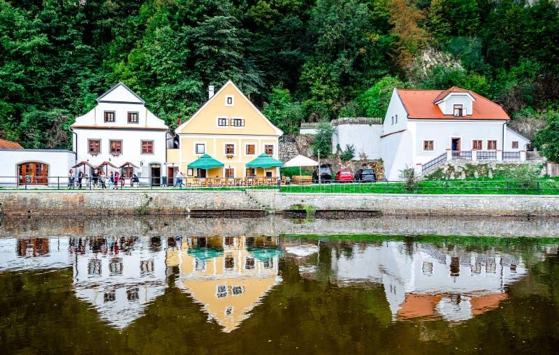 Mooie mening van rivier en oude gebouwen op de groene bosheuvel royalty-vrije stock foto's