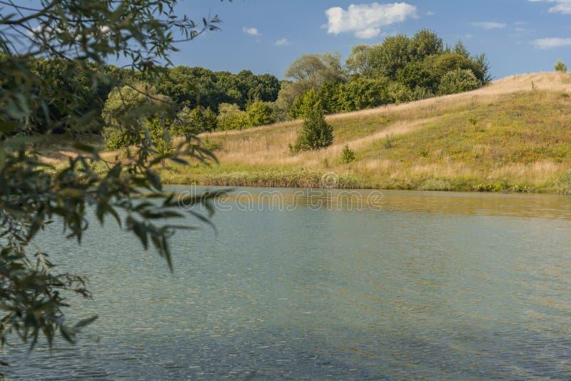 Mooie mening van rivier, groene bomen, heuvels en blauwe bewolkte hemel De ZOMERlandschap royalty-vrije stock fotografie