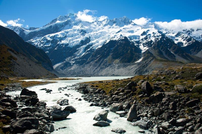 Mooie mening van sneeuwberg tijdens gang om Cook, het Eiland van het Zuiden, Nieuw Zeeland op te zetten stock foto