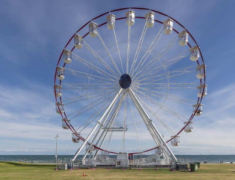 Mooie mening van St Kilda Ferris Wheel op een zonnige dag met sommige wolken, Melbourne, Australië stock foto