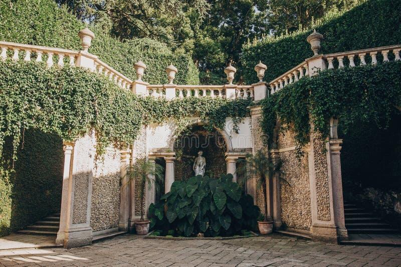 Mooie mening van steenoriëntatiepunten en groene bomen en installaties op Borromean-Eilanden op Lago Maggiore, Italië Oud onderzo royalty-vrije stock afbeeldingen
