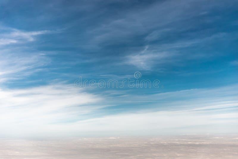 Mooie Mening van Sunny Sky Above White Fluffy-Wolken van Heigh royalty-vrije stock foto
