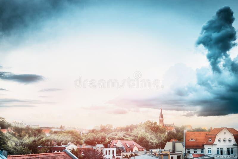 Mooie mening van toneel Europese oude stad met historische traditionele Duitse huizen en daken van oude huizen royalty-vrije stock afbeelding