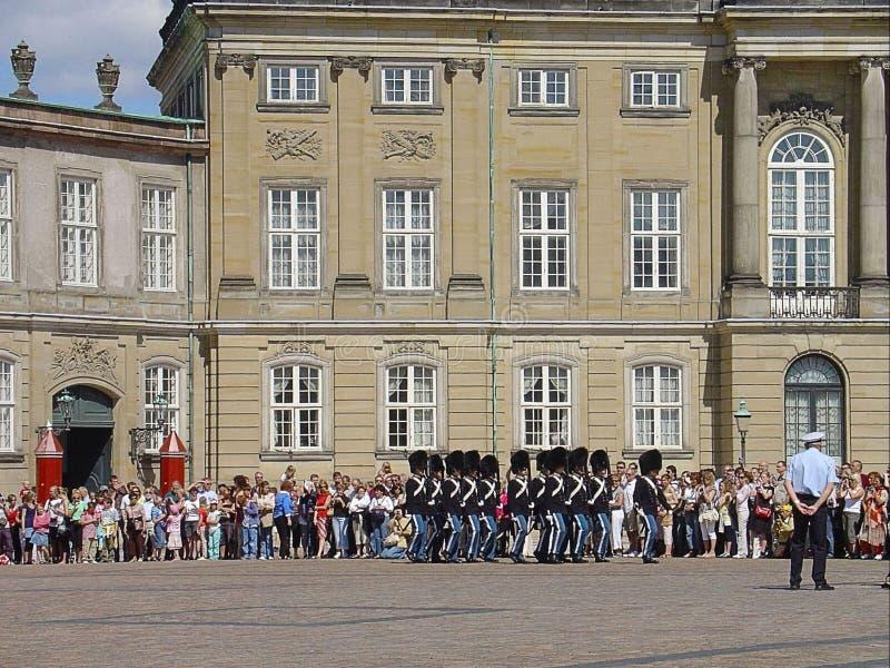 Mooie mening van traditionele ceremonie genoemd Veranderend de Wacht denemarken Het Paleis van Amalienborg, Kopenhagen royalty-vrije stock afbeelding