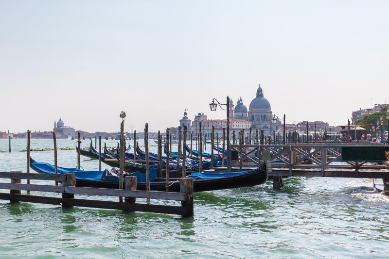 Mooie mening van traditionele Gondel op Kanaal Grande met Basiliekdi Santa Maria della Salute in Venetië, Italië royalty-vrije stock afbeeldingen