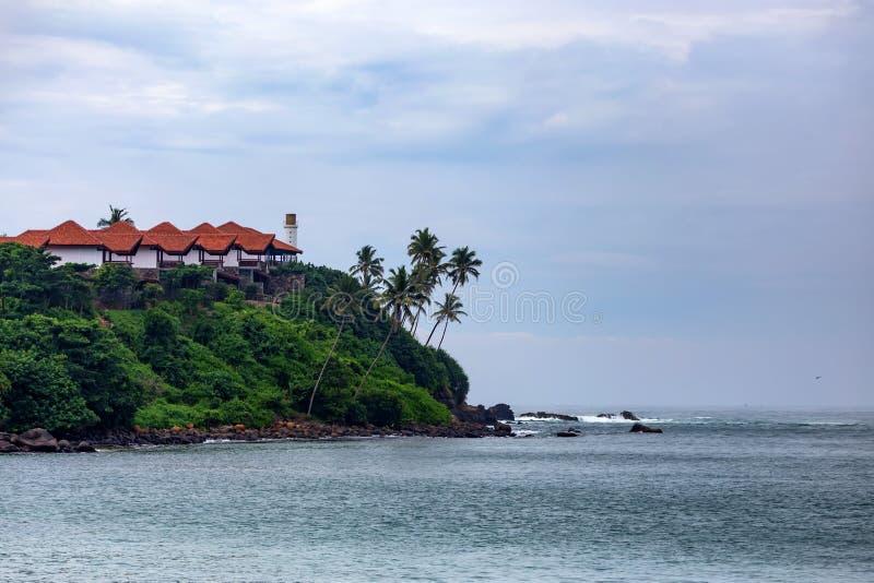 Mooie mening van tropische kust in Mirissa, Sri Lanka stock afbeeldingen