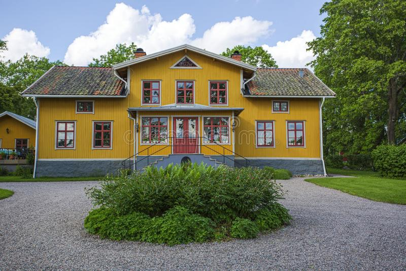 Mooie mening van typisch Zweeds buitenhuis in geel zweden stock afbeeldingen