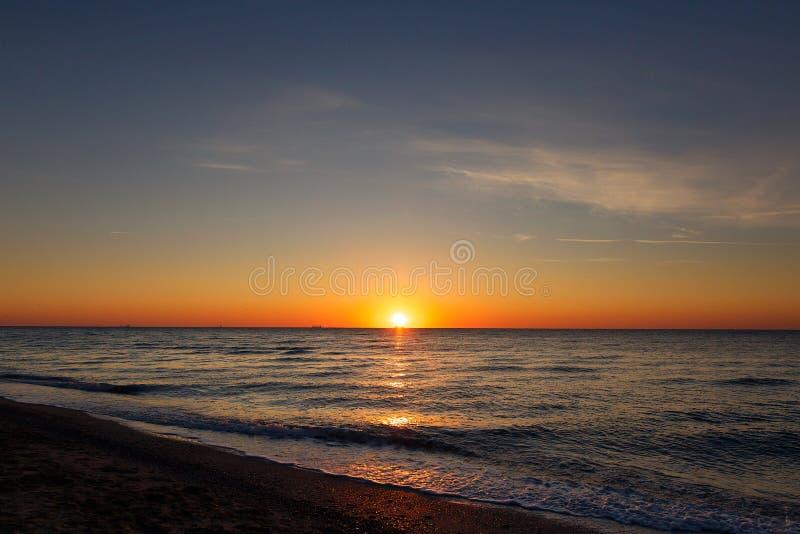 Mooie mening van zonsopgang in overzees Gele en roze hemel en golven in overzees landschap Zonsondergang, schemer of dageraadhori royalty-vrije stock afbeeldingen