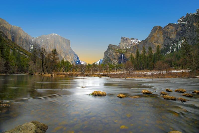 Mooie mening in Yosemite-vallei met halve koepel en Gr capitan van Merced-rivier stock foto's