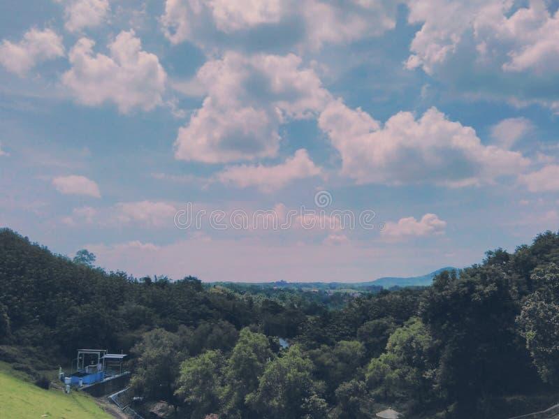 Mooie meningen over wolken en heuvels royalty-vrije stock fotografie