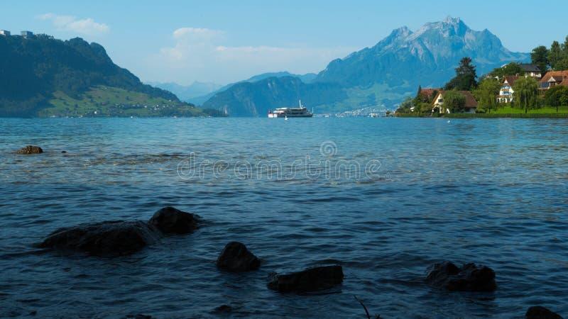 Mooie meningen van Meer Luzerne, bergen en weiden in Zwitserland royalty-vrije stock foto