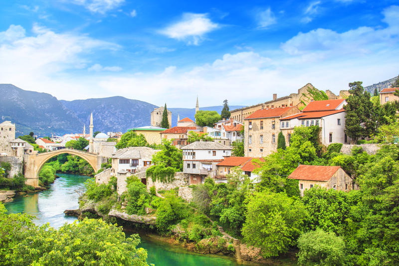 Mooie menings Oude brug in Mostar op de Neretva-rivier, Bosnië-Herzegovina stock afbeelding