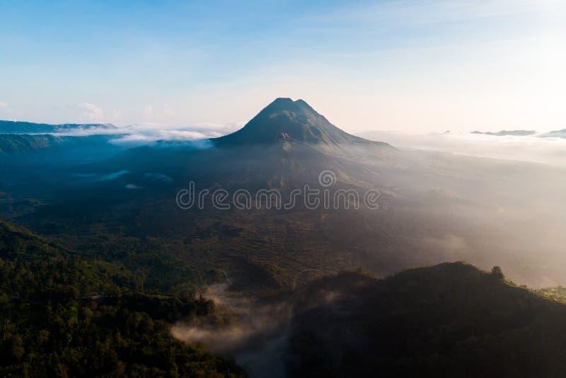 Mooie meningszonsopgang en mist bij Batur-vulkaan, Kintamani, Bali, Indonesië Zonsopgangmening van Batur-vulkaan, het eiland van  stock fotografie