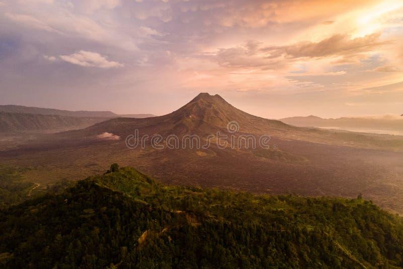 Mooie meningszonsopgang en mist bij Batur-vulkaan, Kintamani, Bali, Indonesië Zonsopgangmening van Batur-vulkaan, het eiland van  stock afbeelding