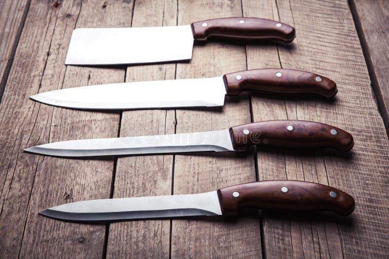 Mooie messen met houten handvat, op een oude lijst Keuken, het koken, het snijden royalty-vrije stock fotografie