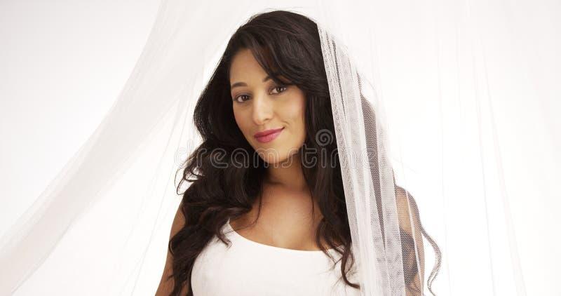 Mooie Mexicaanse vrouw die zich achter gordijn bevindt stock afbeeldingen