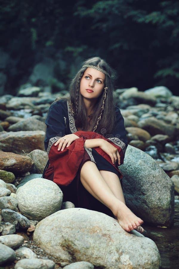 Mooie middeleeuwse vrouw gezet op rotsen royalty-vrije stock foto's