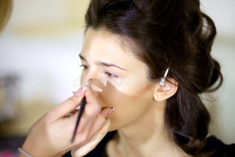 Mooie model het krijgen make-up royalty-vrije stock fotografie