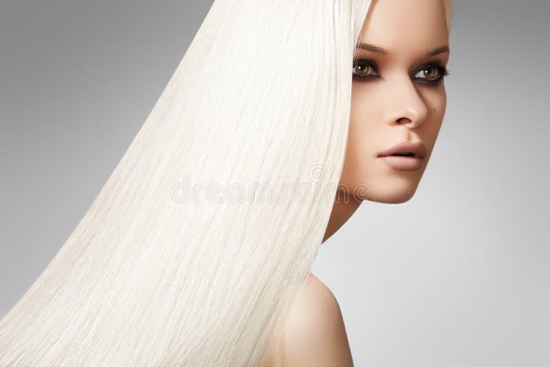 Mooie model, lange blonde rechte haarstijl stock fotografie
