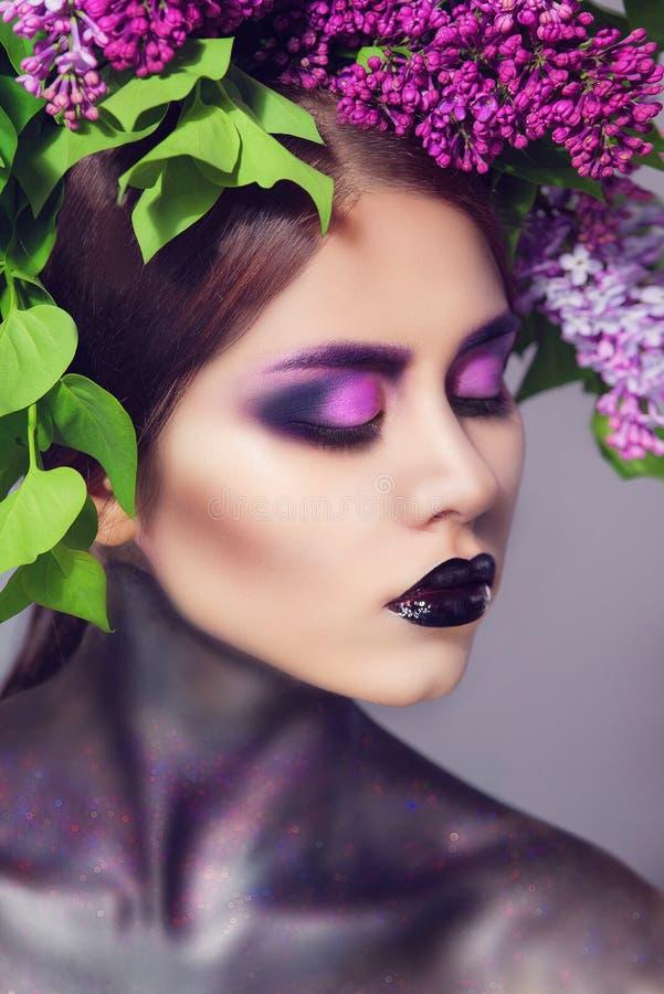 Mooie Modelvrouw met Bloeiende bloemen op haar hoofd royalty-vrije stock afbeelding
