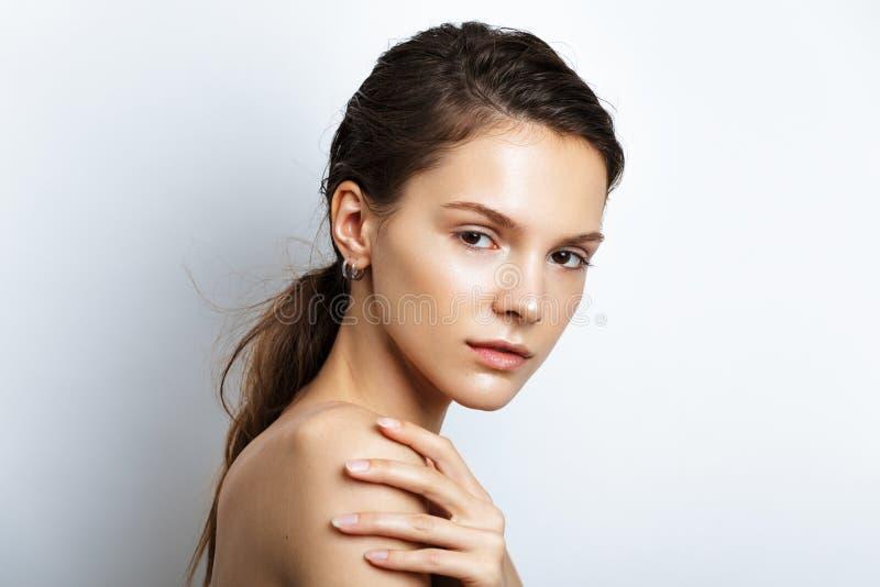Mooie modelvrouw met natuurlijke samenstelling royalty-vrije stock foto