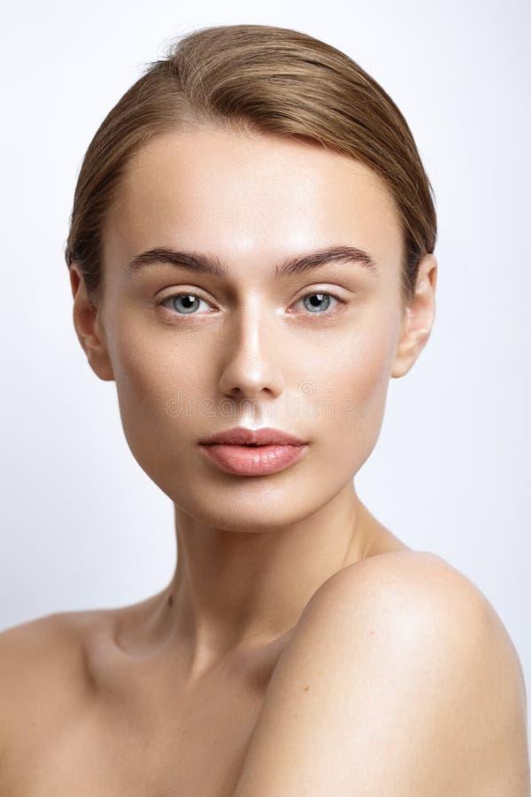 Mooie modelvrouw met natuurlijke samenstelling en blondehaarstudi royalty-vrije stock afbeelding