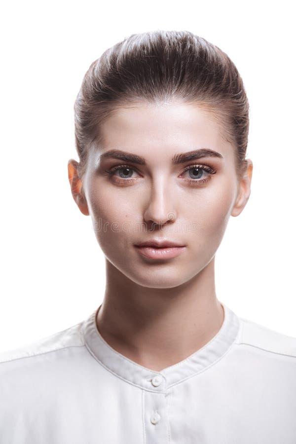 Mooie modelvrouw met natuurlijke samenstelling en donkerbruin haar royalty-vrije stock afbeelding