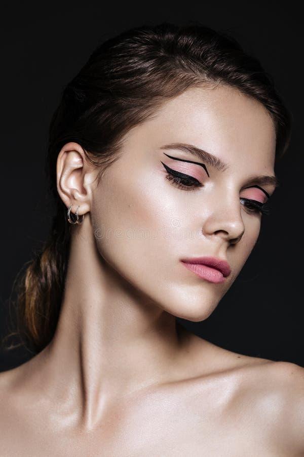 Mooie modelvrouw met natuurlijke samenstelling en donkerbruine haarstu stock foto