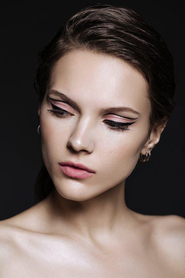 Mooie modelvrouw met natuurlijke samenstelling en donkerbruine haarstu royalty-vrije stock foto
