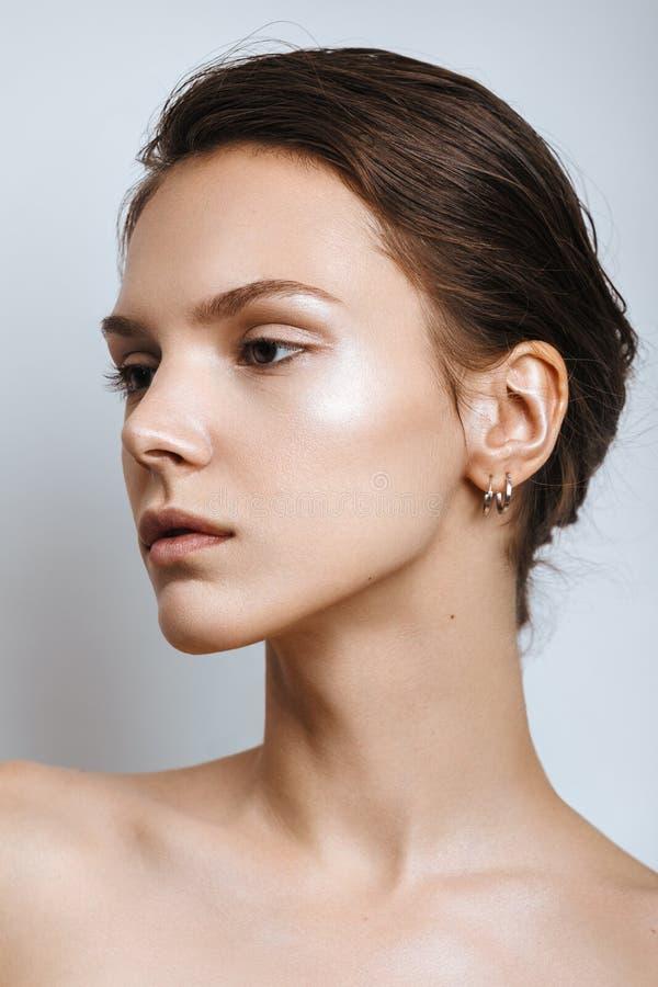Mooie modelvrouw met natuurlijke samenstelling en donkerbruine haarstu royalty-vrije stock foto's
