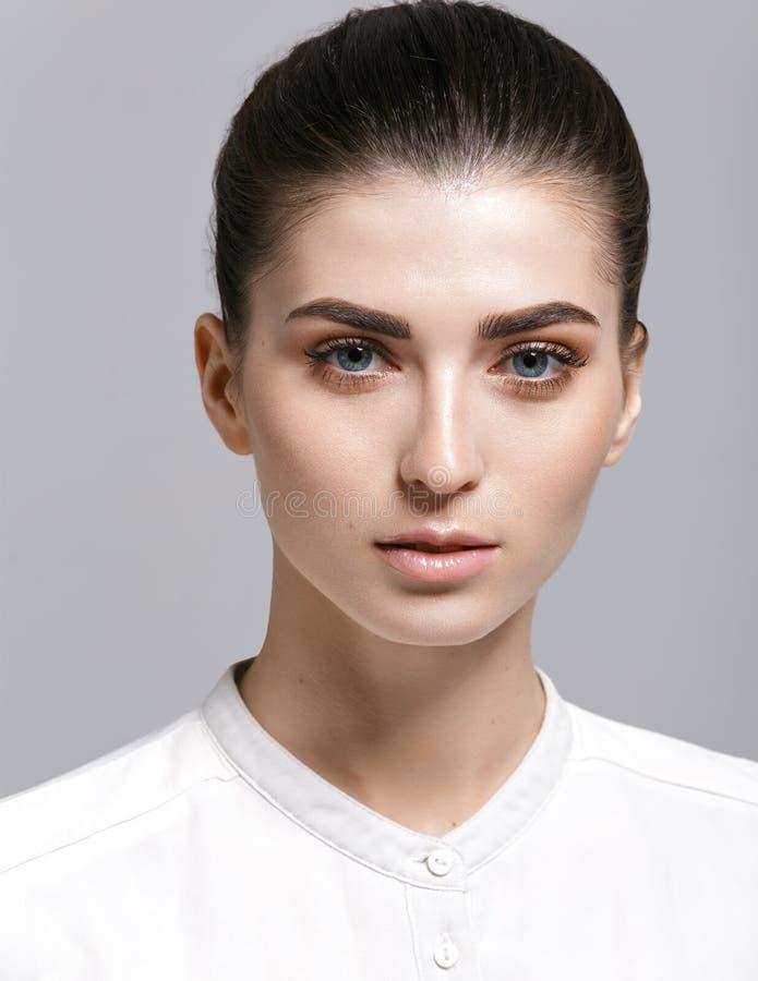 Mooie modelvrouw met natuurlijke samenstelling en donkerbruine haarstu royalty-vrije stock afbeelding