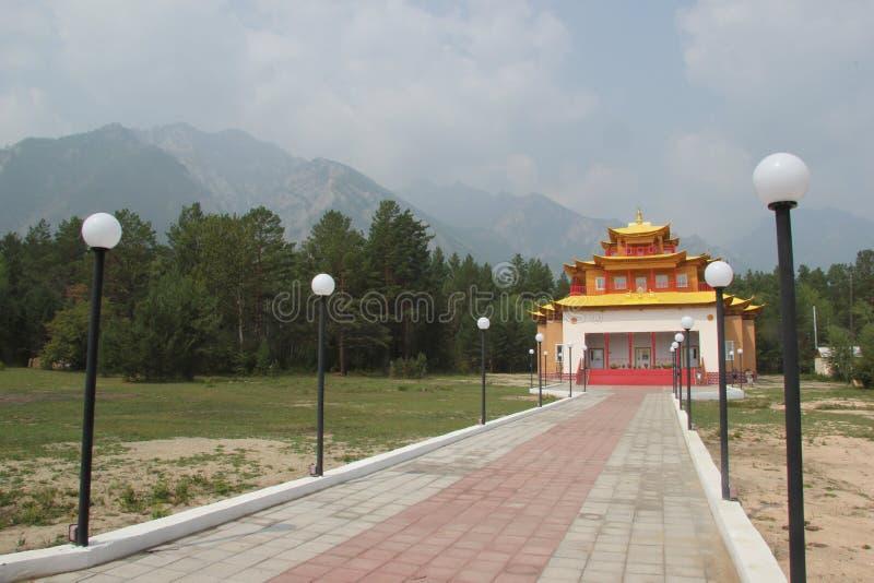 Mooie moderne Boeddhistische tempel in Barguzinsky-vallei Buryatia, Rusland stock foto