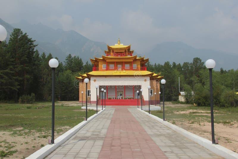 Mooie moderne Boeddhistische tempel in Barguzinsky-vallei Buryatia, Rusland royalty-vrije stock afbeelding