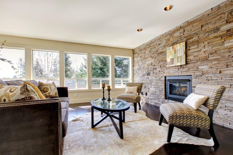 Mooie moderne grote heldere woonkamer. stock fotografie