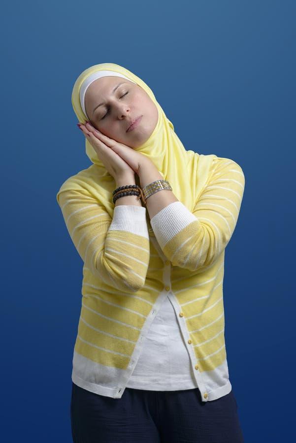 Mooie Moderne Moslimvrouw die Bedtijd uitdrukken stock fotografie
