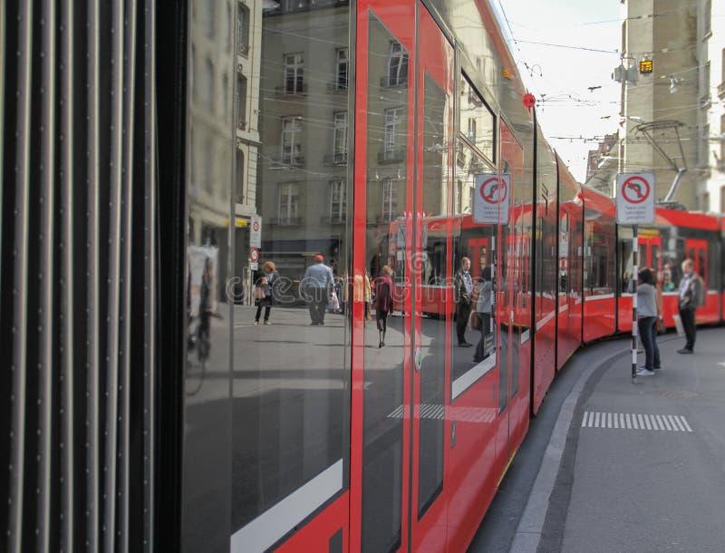 Mooie moderne rode tram die op sporen lopen royalty-vrije stock foto's