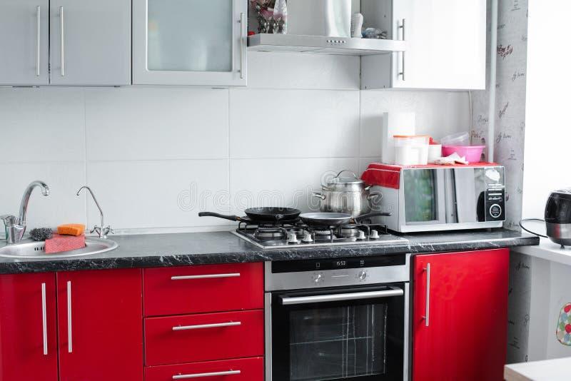Mooie moderne schone rode keuken in flatje volledig schot royalty-vrije stock fotografie