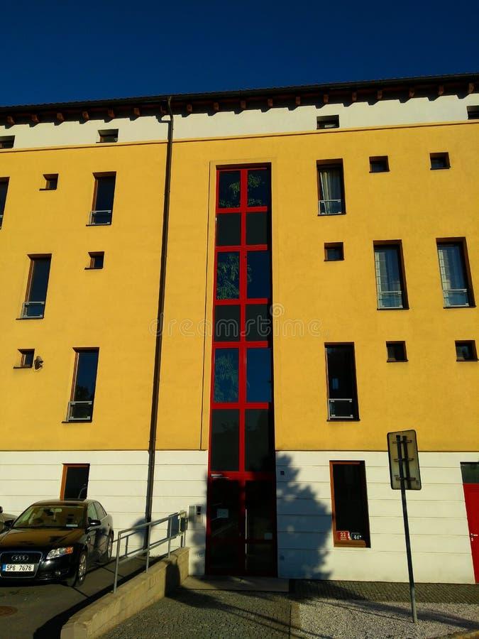 Mooie moderne voorgevel van een gebouw in Praag stock fotografie