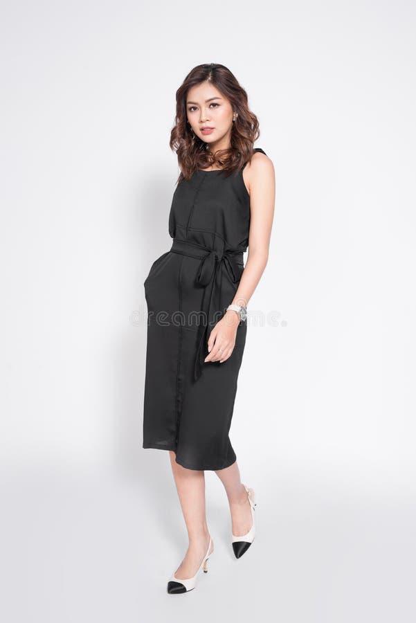 Mooie modieuze Aziatische vrouw in elegante toevallige zwarte uitrusting pos royalty-vrije stock fotografie