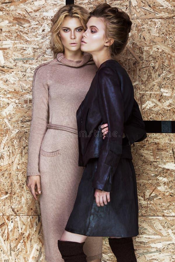 Mooie modieuze meisjes in een modieuze kleding stock foto's