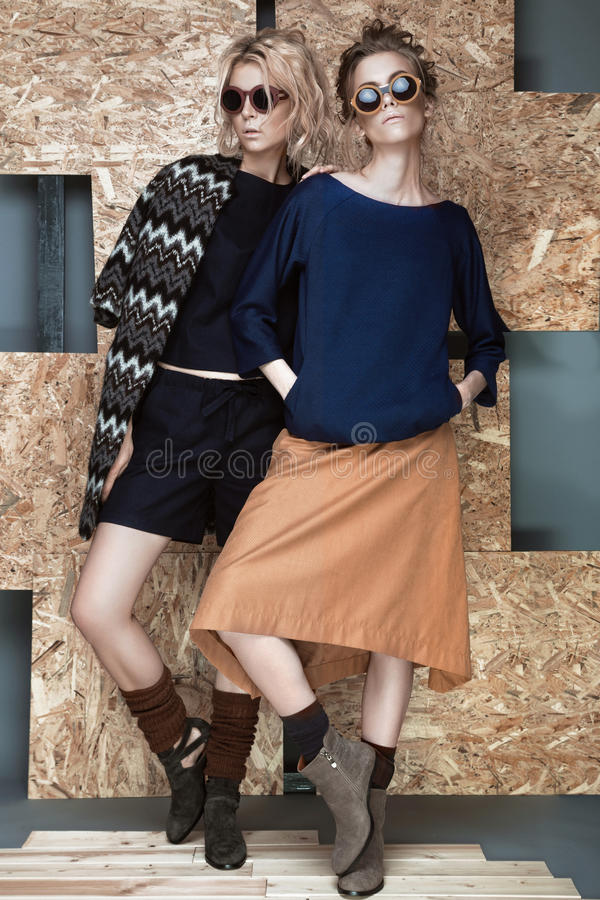 Mooie modieuze meisjes in een modieuze kleding stock fotografie