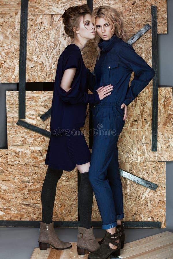 Mooie modieuze meisjes in een modieuze kleding royalty-vrije stock afbeeldingen