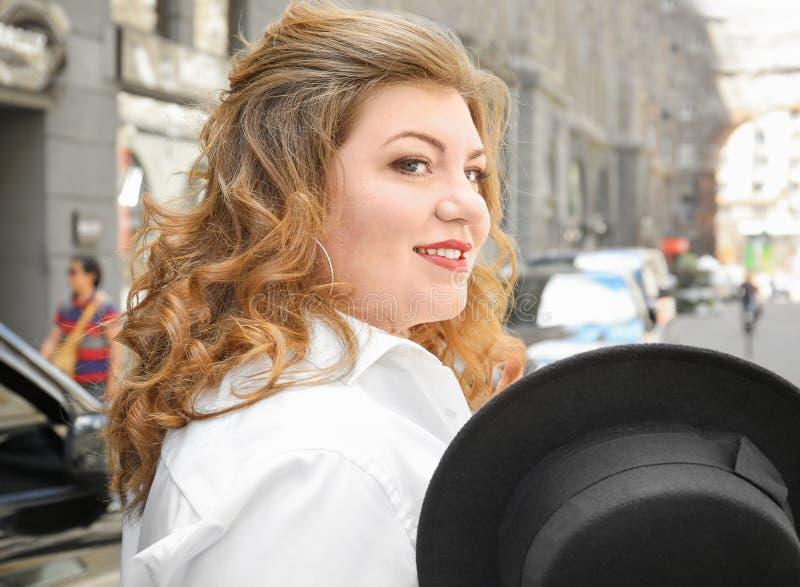 Download Mooie Modieuze Te Zware Vrouw Met Hoed Stock Foto - Afbeelding bestaande uit stad, aantrekkelijk: 107702356