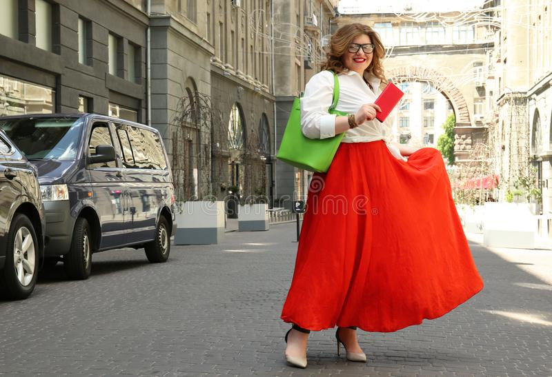 Download Mooie Modieuze Te Zware Vrouw Met Zak Stock Foto - Afbeelding bestaande uit klant, volwassen: 107702618