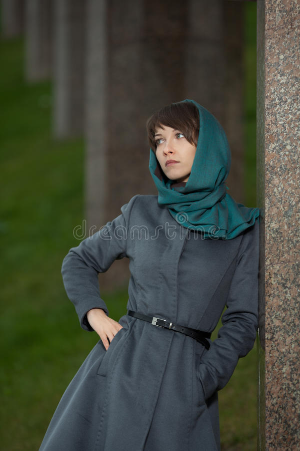 Mooie modieuze vrouw in openlucht royalty-vrije stock foto's