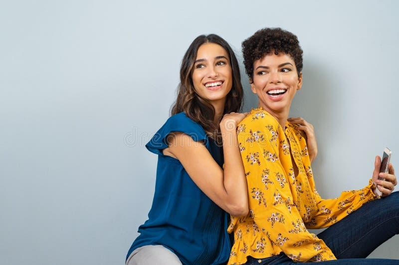 Mooie modieuze vrouwen die pret hebben royalty-vrije stock foto