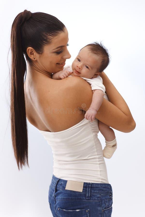 Mooie moeder die pasgeboren baby houden royalty-vrije stock foto