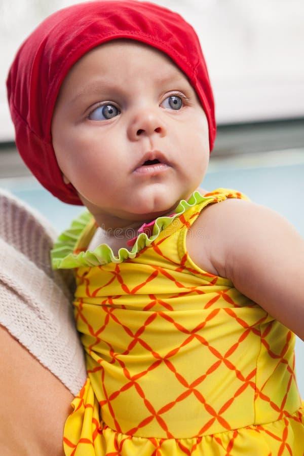 Mooie moeder en baby bij het zwembad stock afbeeldingen